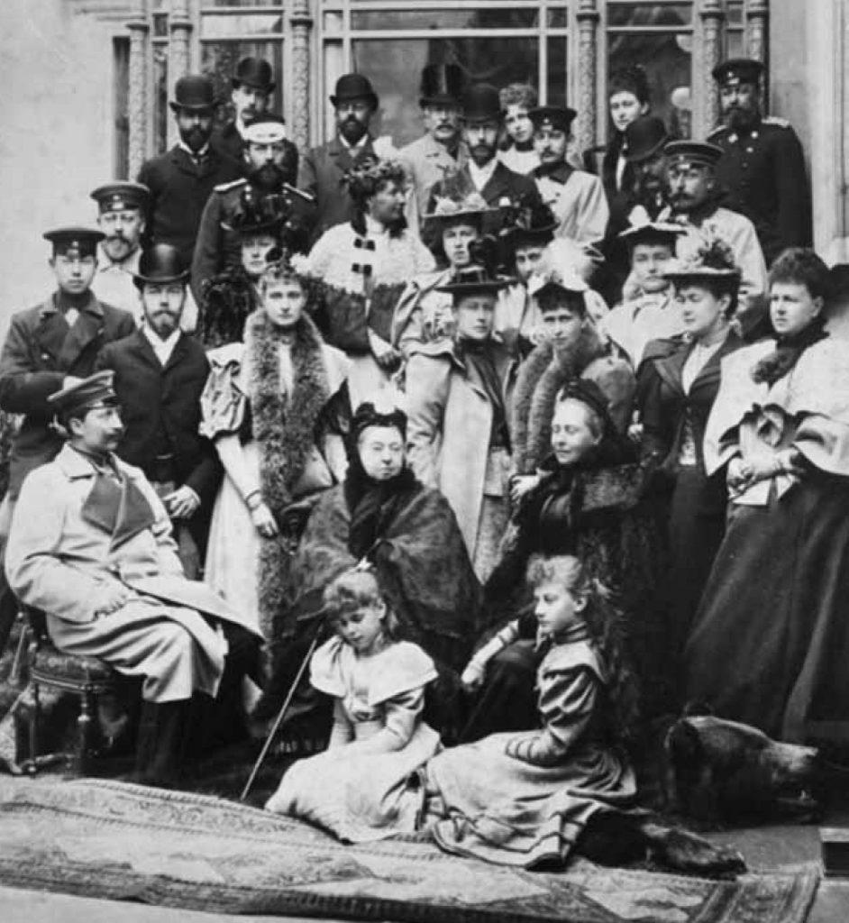 Członkowie dynastii Sasko-Koburskiej na ślubie Ernesta Ludwika i Wiktorii Melity. Zdjęcie z książki Rynek i ratusz.