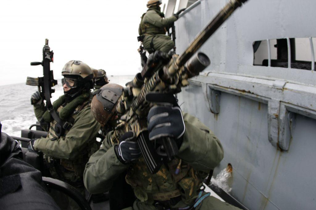 Dla żołnierzu GROM-u zdobywanie obiektów na wodzie to nic nadzwyczajnego. Zdjęcie poglądowe (domena publiczna).