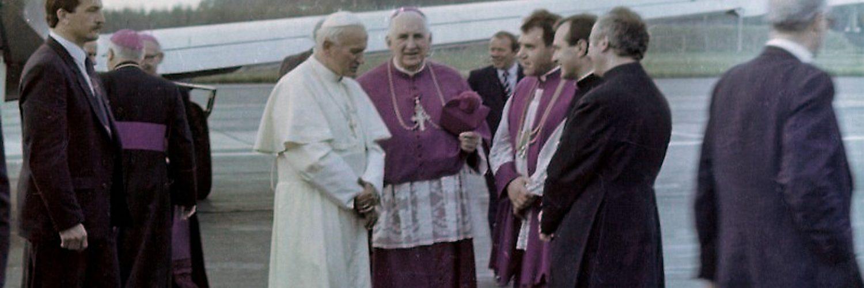 Papież Jan Paweł II w Gdyni 11 czerwca 1987, w trakcie III podróży apostolskiej do Polski (fot. Goku122, lic. CC BY-SA 3.0)