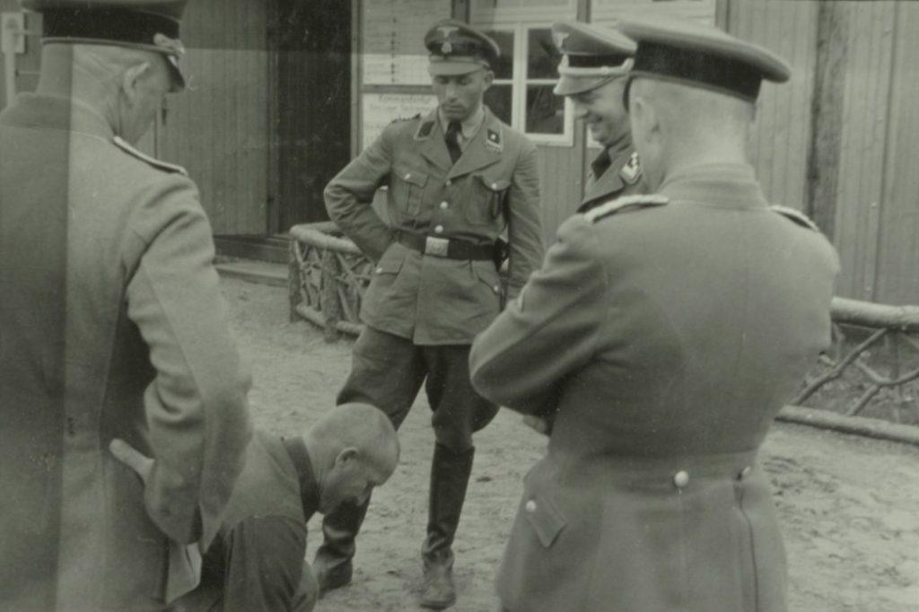 Pierwszym komendantem KL Buchenwald był Karla-Ottona Koch. Na zdjęciu stoi drugi od prawej (domena publiczna).