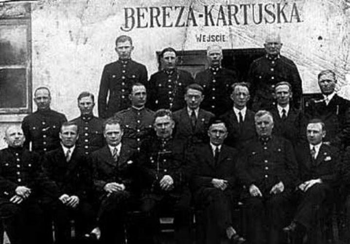 Dyrekcja i administracja Miejsca Odosobnienia w Berezie Kartuskiej (domena publiczna).