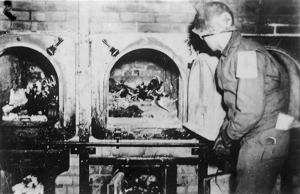 Krematorium w Buchenwaldzie. Zdjęcie wykonane 16 kwietnia 1945 roku po wyzwoleniu obozu przez Amerykanów (Jule Rouard - Luc Viatour/CC BY-SA 3.0).