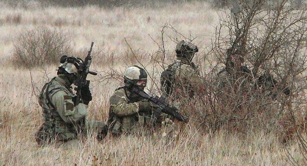 Operatorzy GROM-u przechodzą piekielnie trudną selekcję, a potem mordercze szkolenie. Na zdjęciu ćwiczenia GROM-u z amerykańskimi Navy SEALs (domena publiczna).