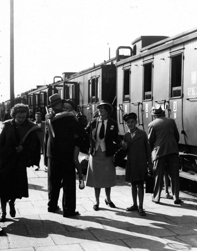 W 1937 roku PKP przewiozły aż 211 milionów pasażerów (domena publiczna).