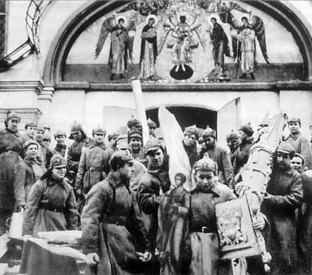 Bolszewicka ateizacja w akcji: okradanie cerkwi. Zdjęcie i podpis z książki Chrystofobia (materiały prasowe).