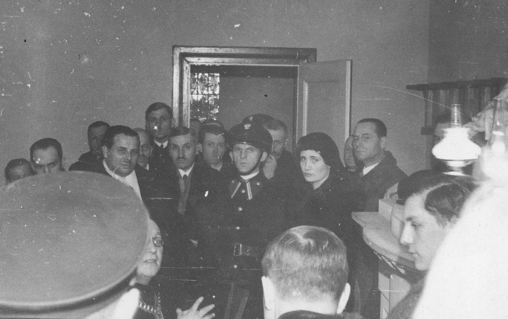 Procesowi Rity Gorgonowej towarzyszyła prawdziwa psychoza. Na zdjęciu oskarżona w czasie wizji lokalnej (domena publiczna).