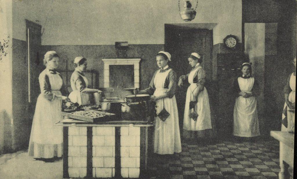 Większość ankietowanych przez Izę Moszczeńską przeżywało swój pierwszy raz ze służącą (domena publiczna).