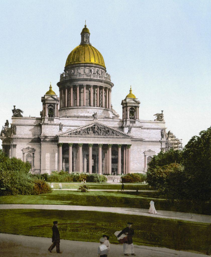 Bolszewicy zamienili sobór św. Izaaka na muzeum ateizmu. Na ilustracji przedrewolucyjna pocztówka z widoczną świątynią (domena publiczna).