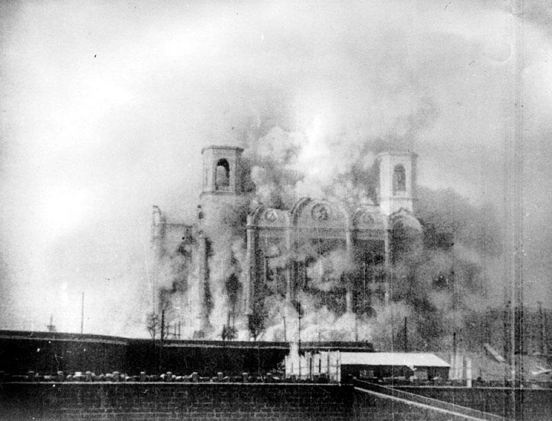 Zdjęcie przedstawiające wyburzanie soboru Chrystusa Zbawiciela (domena publiczna).