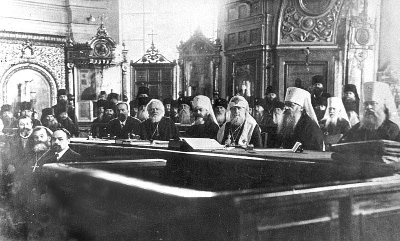 Dekret z 1918 roku tak naprawdę wprowadzał dyskryminację duchownych. Na zdjęciu z 1917 roku zwierzchnicy rosyjskiej Cerkwi (domena publiczna).