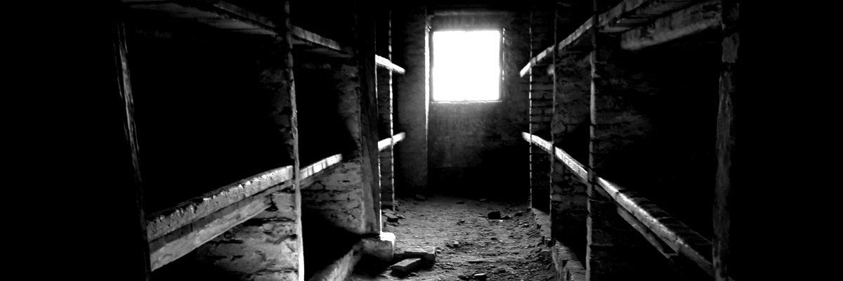 Wnętrze murowanego baraku w Auschwitz (fot. siestecita, lic. CCA SA 4.0 I)