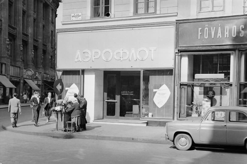 Wyprawy na Daleki Wschód były możliwe dzięki stosunkowo tanim połączeniom lotniczym, jakie zapewniał radziecki Aeroflot. Na zdj. bułgarskie biuro Aeroflotu w latach 60. (Fortepan/UVATERV/CC-BY-SA-3.0).
