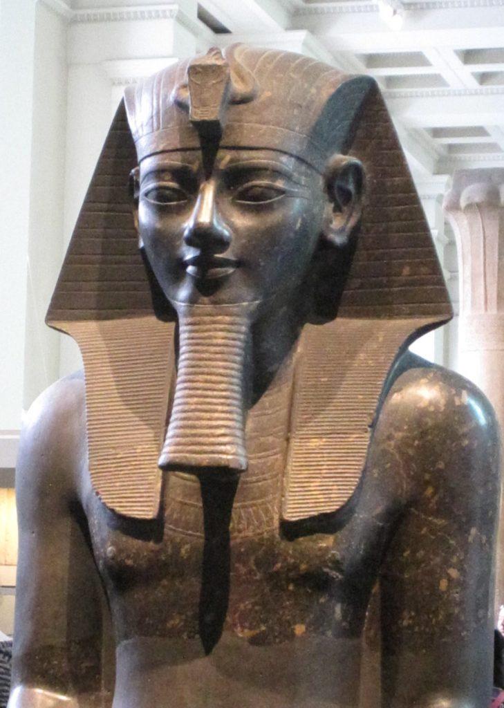 Z czasów Amenhotepa III pochodzi prawdopodobnie pierwsze zachowane przedstawienie bójki (A. Parrot/domena publiczna).