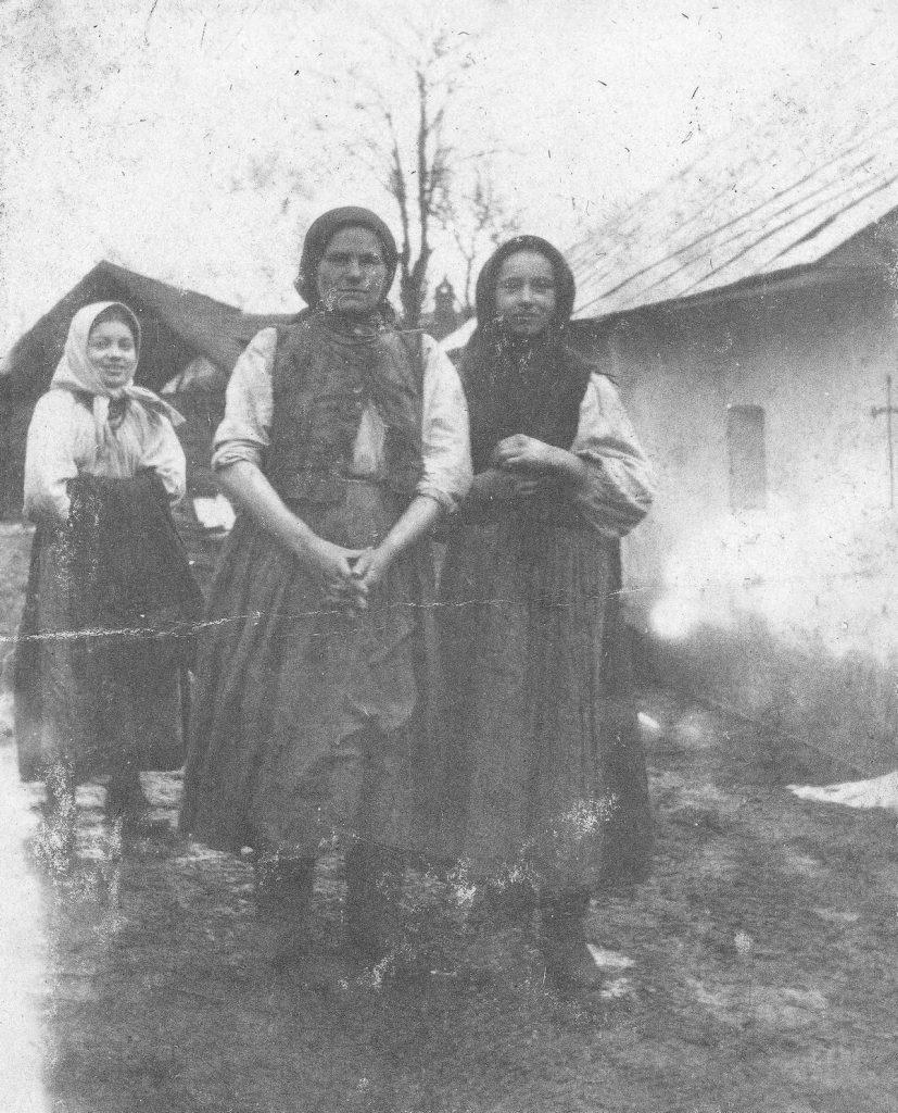 Prawdziwą plagą Galicji  był analfabetyzm. Na zdjęciu z okresu I wojny światowej mieszkanki jeden z galicyjskich wsi (domena publiczna).