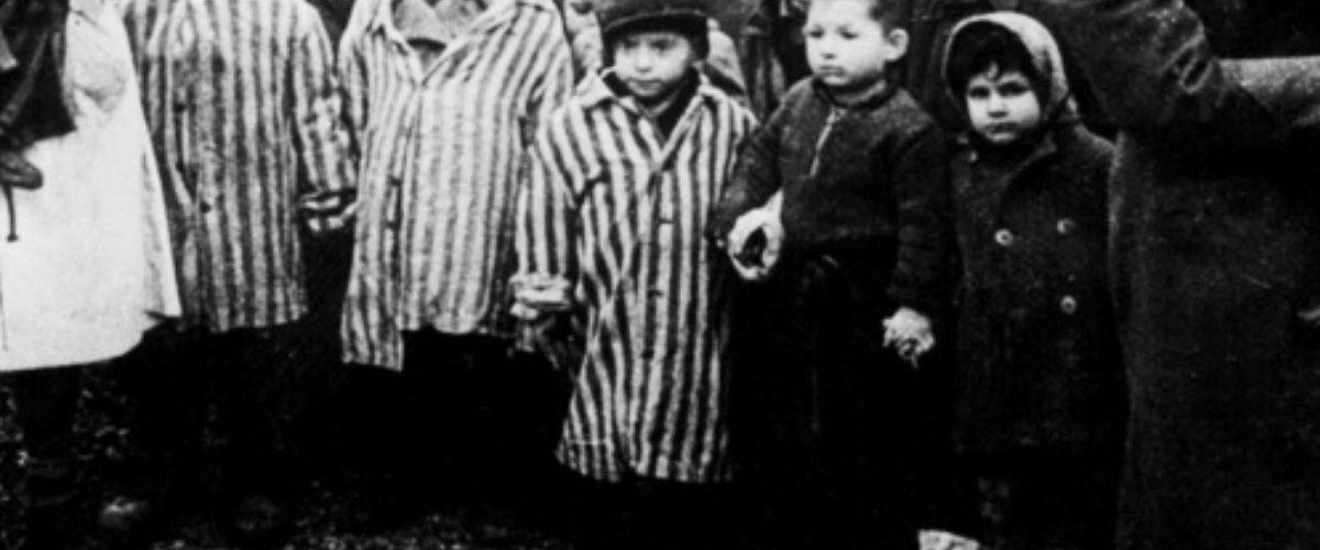 Dzieci w Auschwitz w dniu wyzwolenia (fot. domena publiczna)