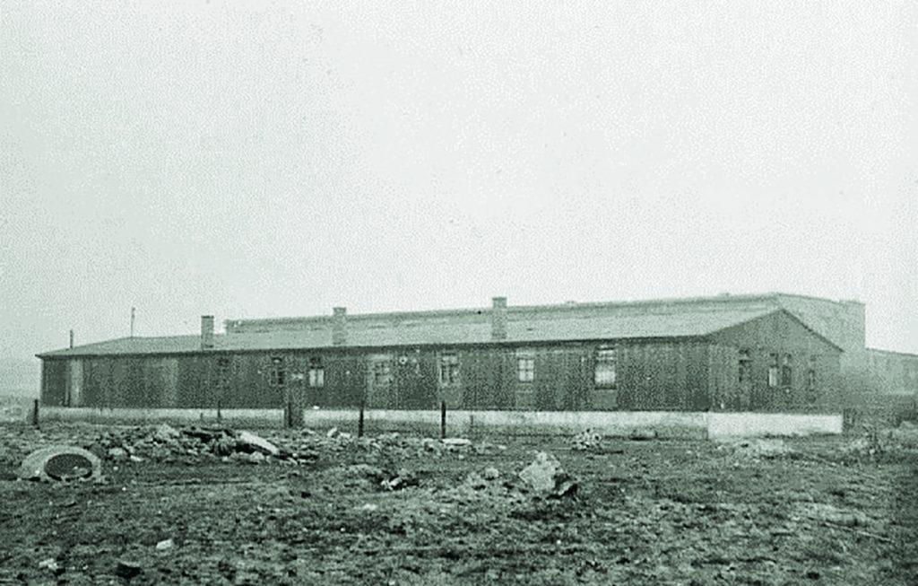 Jeden z baraków, w których znajdowały się obozowe warsztaty. Stan z 1959 roku. Zdjęcie i podpis z książki Komendant. Życie Salomona Morela (materiały prasowe).