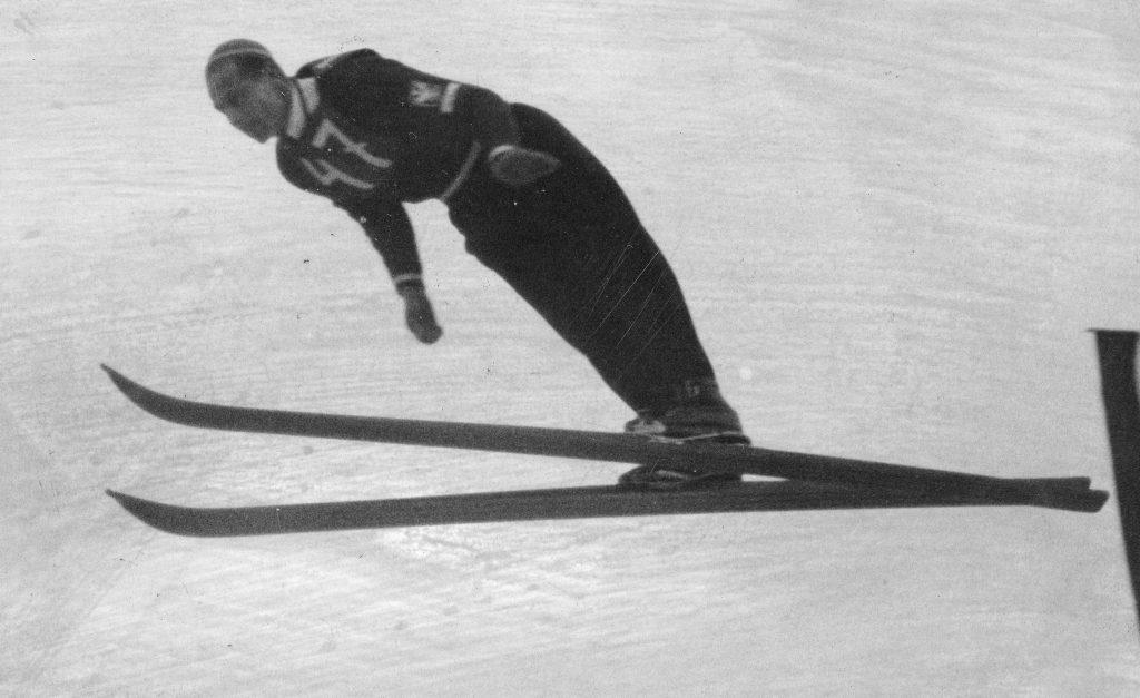Marusarz był najlepszym przedwojennym polskim skoczkiem narciarskim. Tutaj na zdjęciu wykonanym podczas zawodów w Zakopanem (domena publiczna).