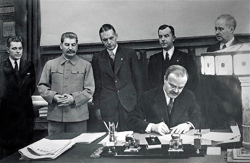 """Mołotow podpisujący 5 października """"Traktatu o przyjaźni i wzajemnej pomocy między ZSRR a Republiką Łotewską"""" (Mikołaj Kałasznikow/domena publiczna)."""