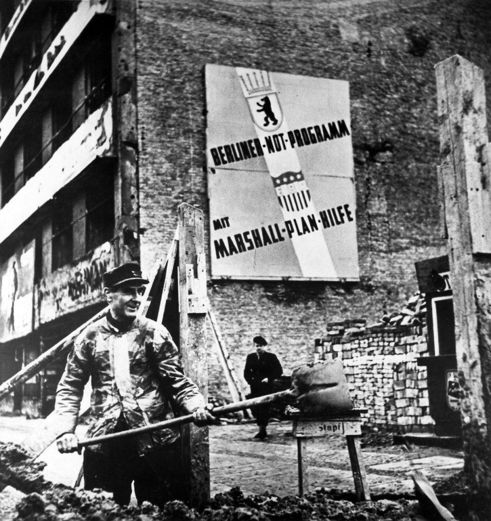 Niemcy Zachodnie w ramach Planu Marshalla otrzymały 1,4 miliarda ówczesnych dolarów (domena publiczna).
