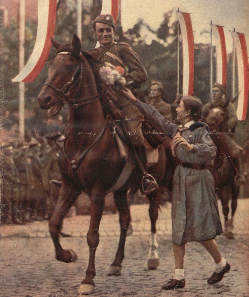 Powitanie żołnierzy wracających z manewrów (domena publiczna).