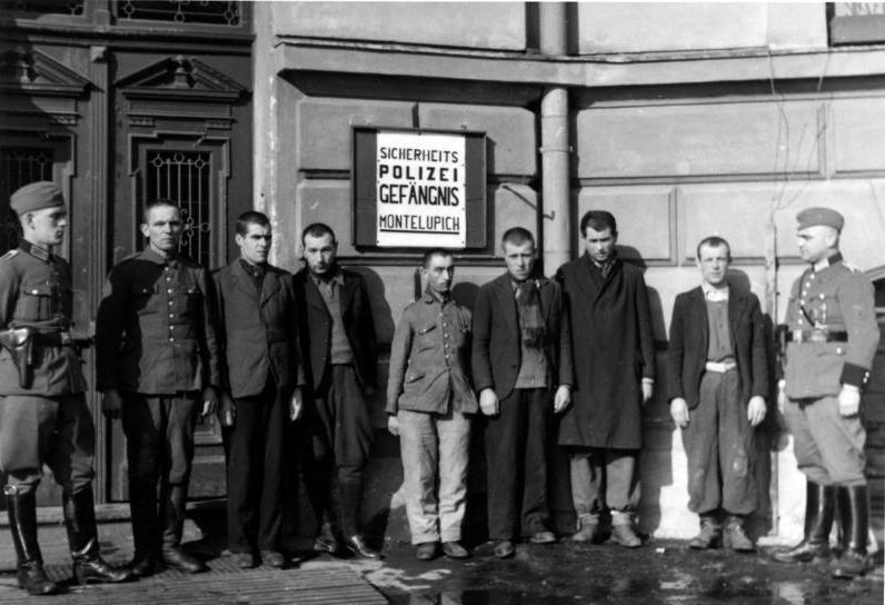 Grupa osadzonych w więzieniu na Montelupich. Zdjęcie wykonane najprawdopodobniej w 1939 roku (Bundesarchiv/CC-BY-SA 3.0).