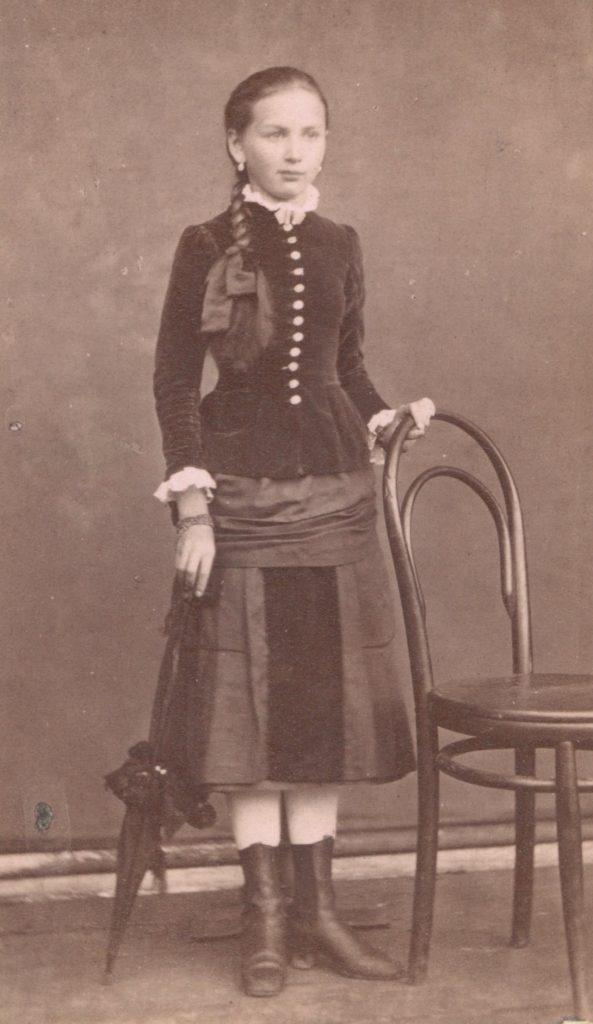 W pokoju XIX-wiecznej nastolatki nie było wiele ozdób. Powyżej młoda dziewczyna na fotografii wykonanej w lach 80. XX wieku (Josef Pöschl/domena publiczna).
