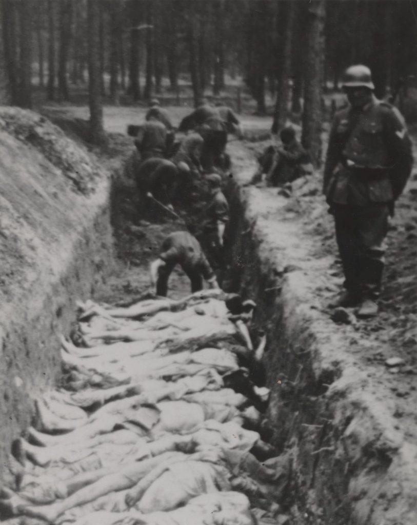 Jeden z masowych grobów w Treblince (domena publiczna).