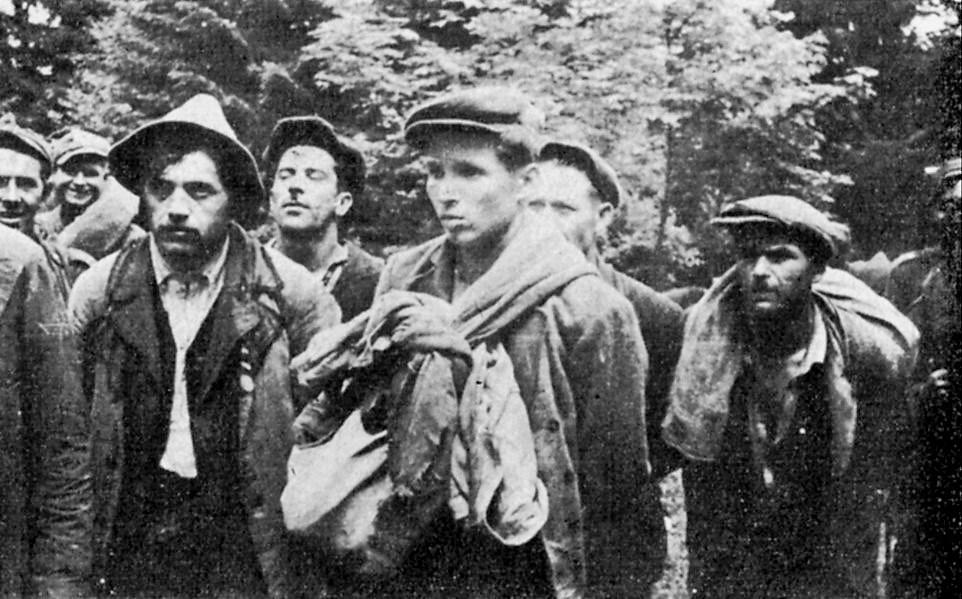 """Członkowie UPA z sotni """"Bira"""", aresztowani przez polskich żołnierzy jesienią 1946 roku (domena publiczna)."""