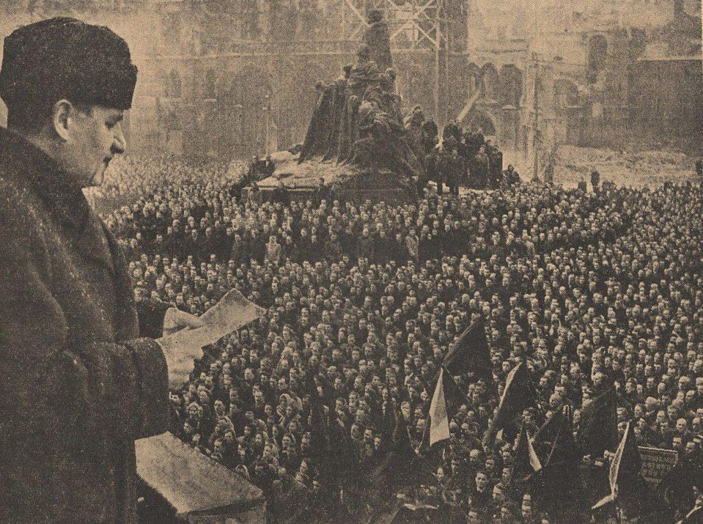 Gottwald przemawia do zebranego tłumu w lutym 1948 roku (domena publiczna).