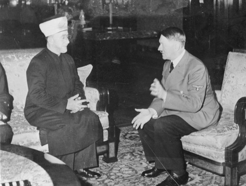 Adolf Hitler i Amin al-Husajni ucinają sobie przyjacielską pogawędkę (Bundesarchiv/Heinrich Hoffmann /CC-BY-SA 3.0).