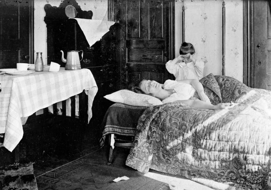 Kobieta chora na hiszpankę. Zdjęcie poglądowe z 1918 roku.