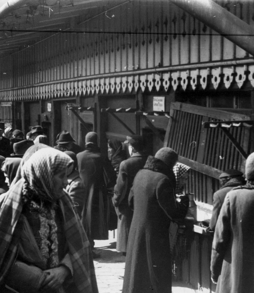 Gdyby Polacy w czasie okupacji żywili się tylko tym co zapewniały kartki szybko umarliby z głodu (domena publiczna).