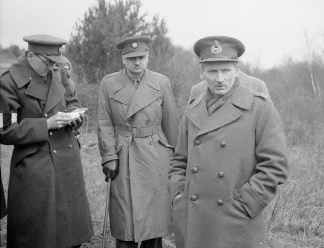 Wyglądający na niezbyt zadowolonego Montgomery na zdjęciu wykonanym w 1941 roku (domena publiczna).