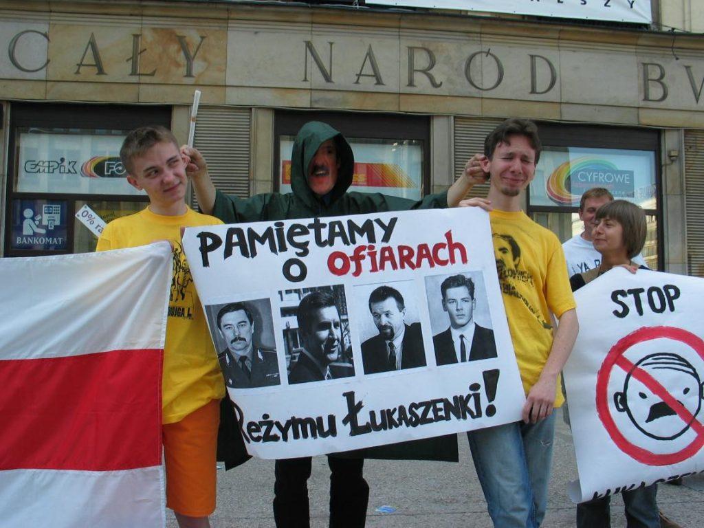 Uczestnicy  warszawskiego happeningu z 2004 roku, przypominającego o ofiarach białoruskiego dyktatora  (Bladyniec/CC BY-SA 3.0).
