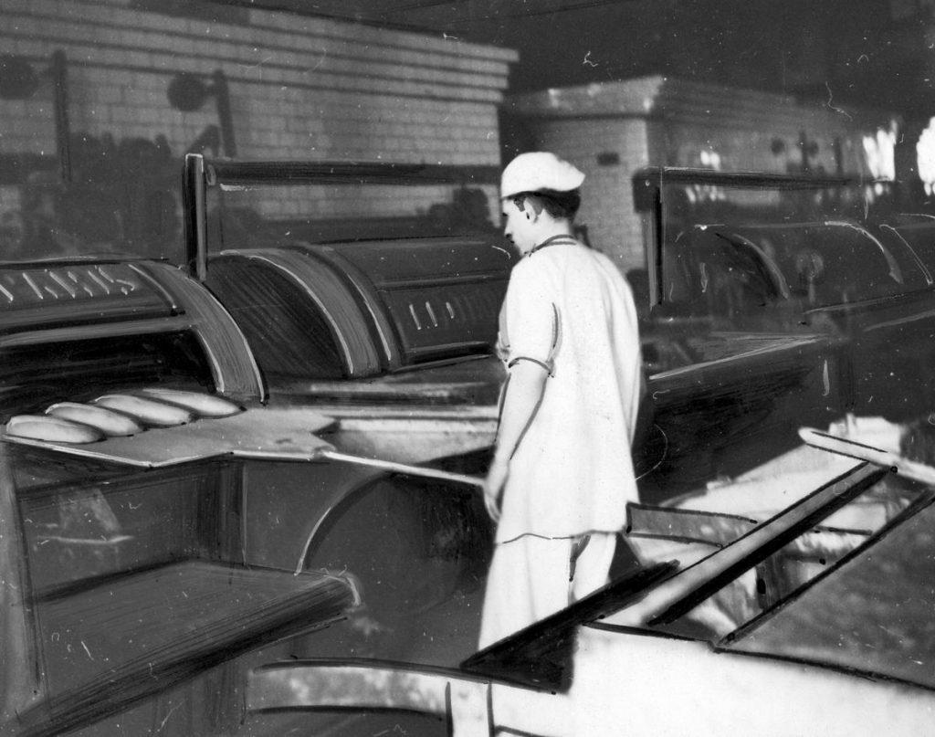 Jednym z podstawowych produktów sprzedawanym na kartki był chleb. Na zdjęciu z 1942 roku jedna z warszawskich piekarni (domena publiczna).