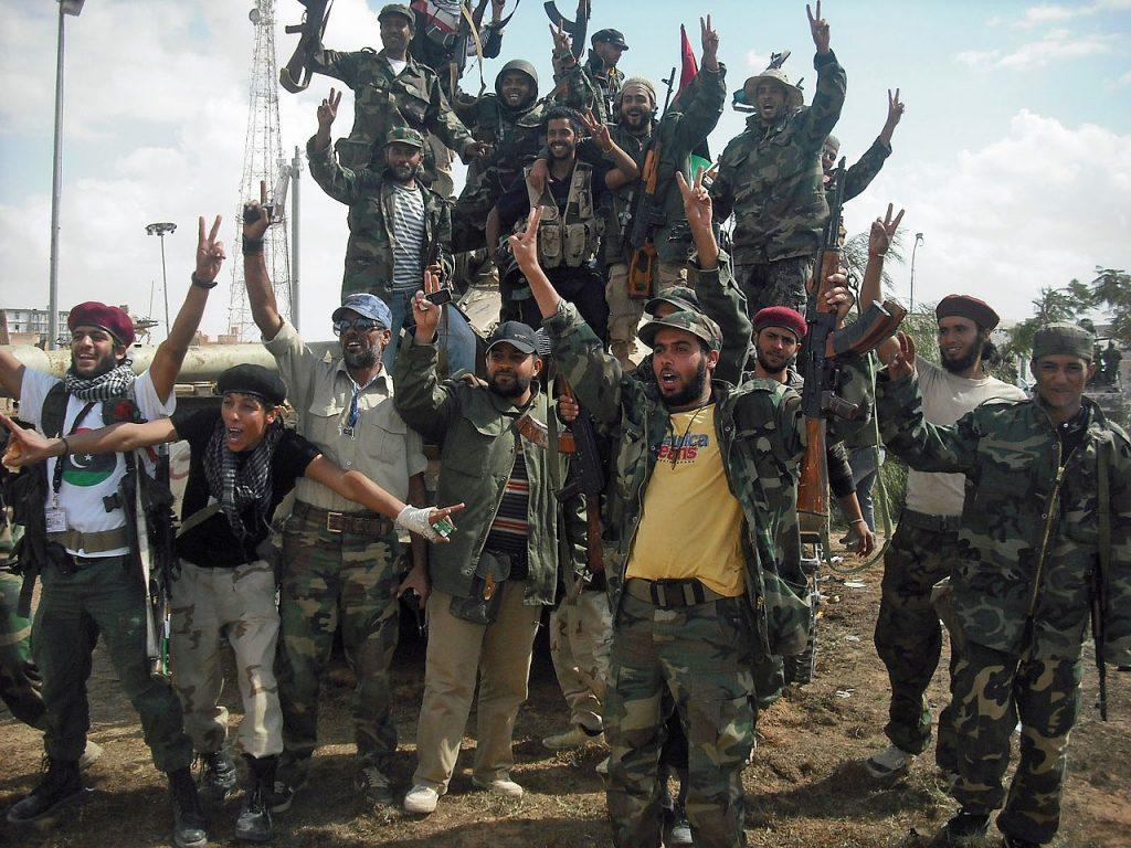 Rebelianci świętujący zwycięstwo nad Al-Kaddafim w Bani Walid (Magharebia/CC BY 2.0).