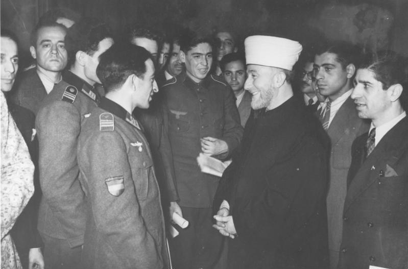 Amin al-Husajni w czasie spotkania z muzułmańskimi ochotnikami walczącymi u boku III Rzeszy (Bundesarchiv,/CC-BY-SA 3.0).