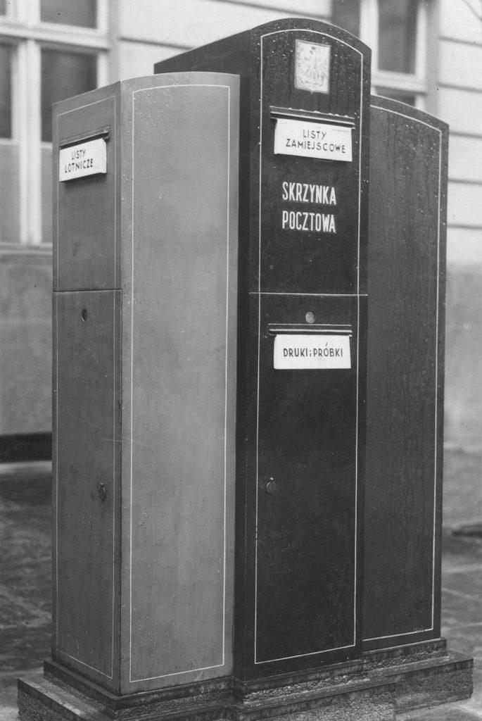 Stojąca skrzynka pocztowa czterowrzutowa do korespondencji miejscowej, zamiejscowej, listów i próbek. Takie cuda przed wojną stały w Poznaniu (domena publiczna).