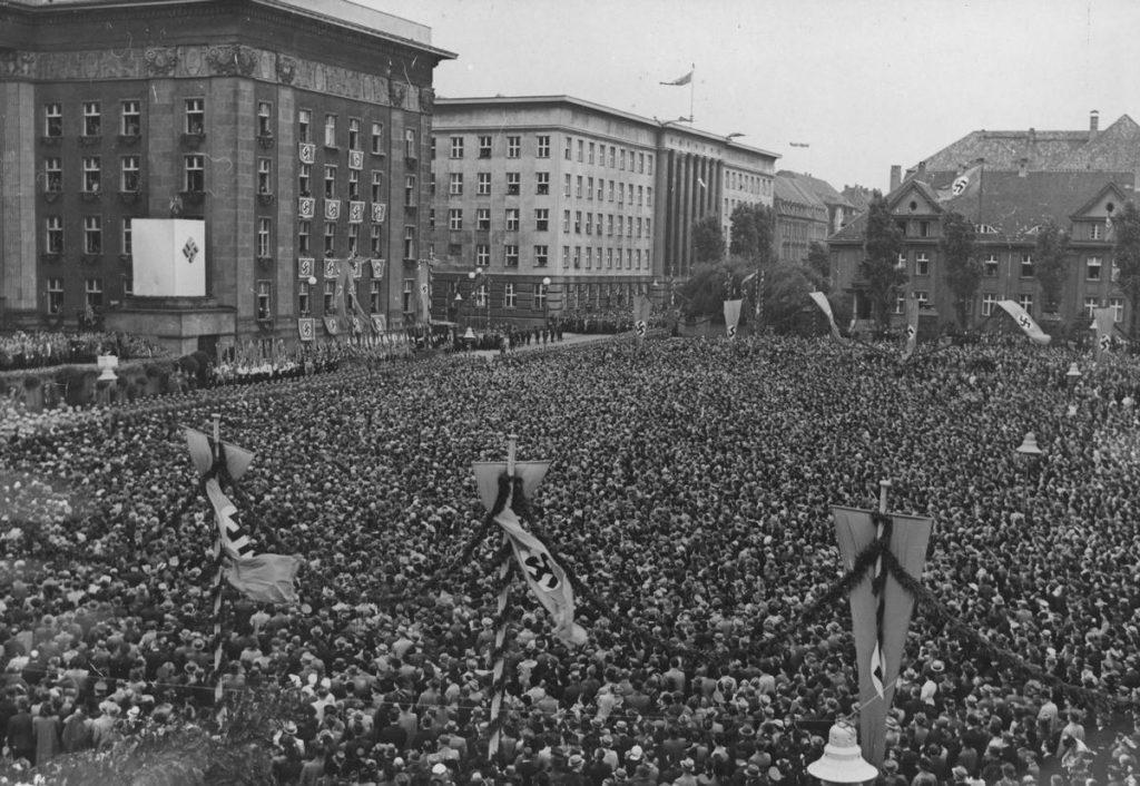 Uroczystości w Katowicach z okazji pierwszej rocznicy przyłączenia Wschodniego Górnego Śląska do Rzeszy (domena publiczna).