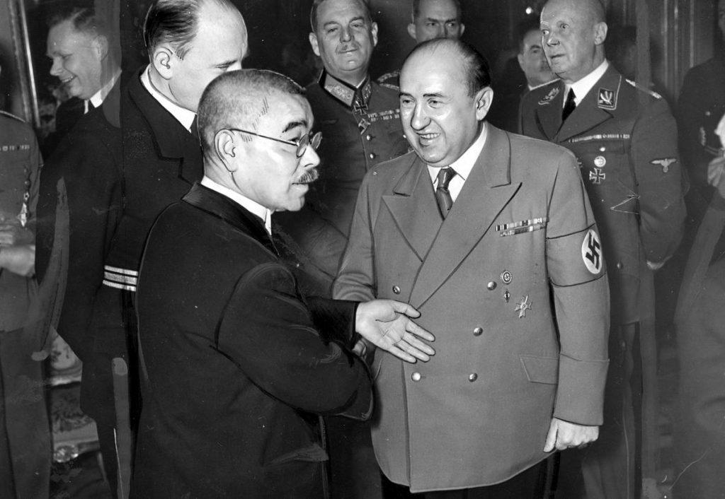 Walter Funk wita się z japońskim ambasadorem w Berlinie (domena publiczna).