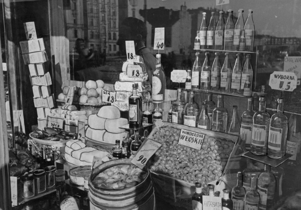 Tak zaopatrzone sklepy były przeznaczone tylko  dla Niemców. Polacy mogli popatrzeć tylko na witrynę (domena publiczna).