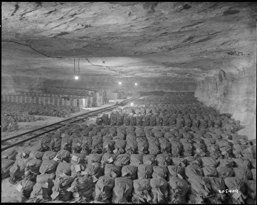 Worki oraz skrzynie wypełnione złote odnalezione przez Amerykanów w Merkers (domena publiczna).