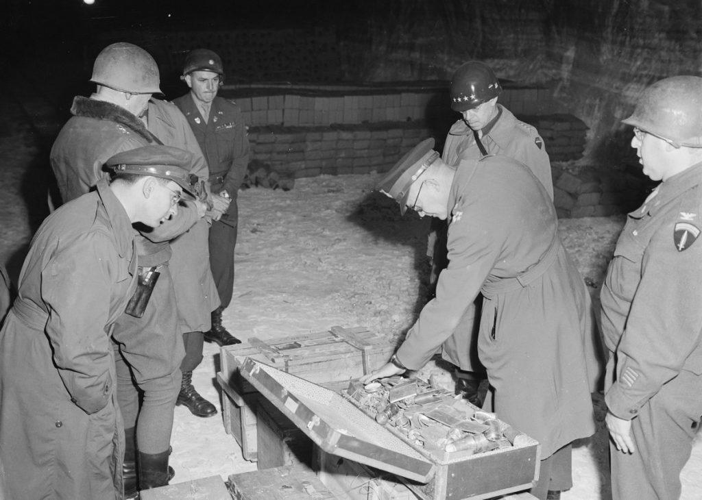 Generał Eisenhowerem podczas wizyty w kopalni pełnej złota (Moore/domena publiczna).