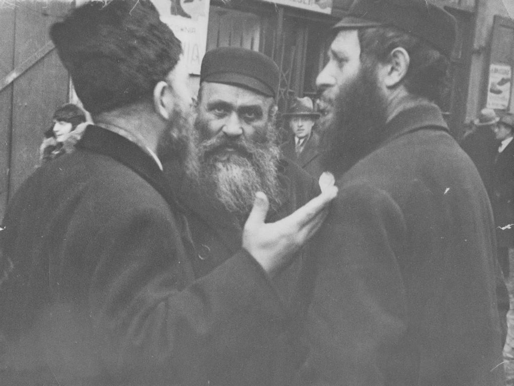 Według Grossmana Żydzi, w przeciwieństwie do wielu innych mniejszości, nie uciekają na peryferie społeczne i geograficzne (domena publiczna).