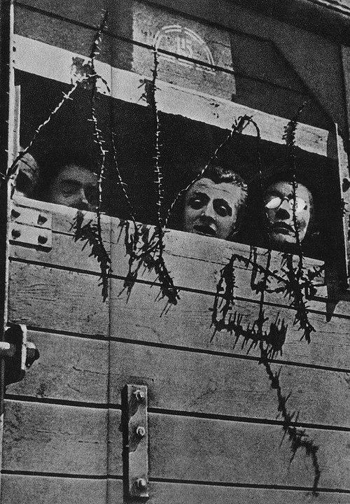 Ofiary Holokaustu w drodze do obozu zagłady (domena publiczna).