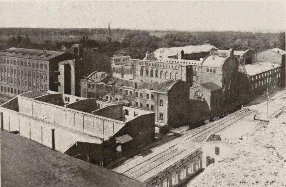Wycofujący się w 1915 roku Rosjanie zniszczyli między innymi Zakłady Lniarskie w Żyrardowie (domena publiczna).