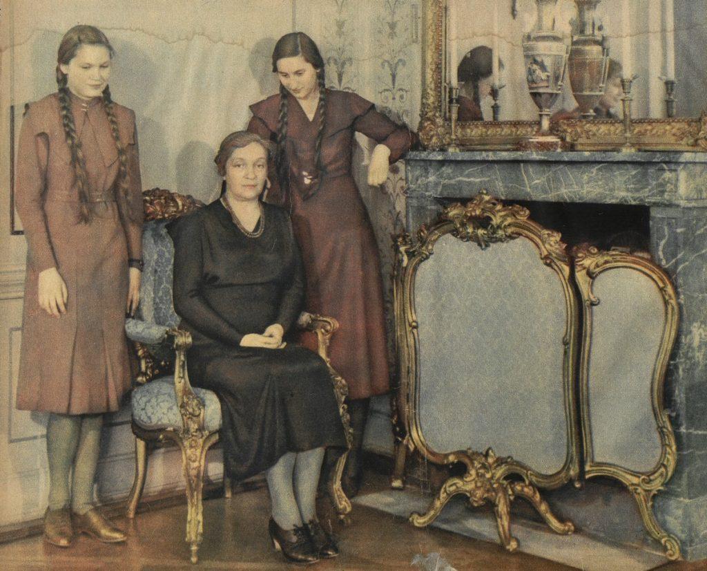 Aleksandra Piłsudska z córkami Jadwigą i Wandą (domena publiczna).