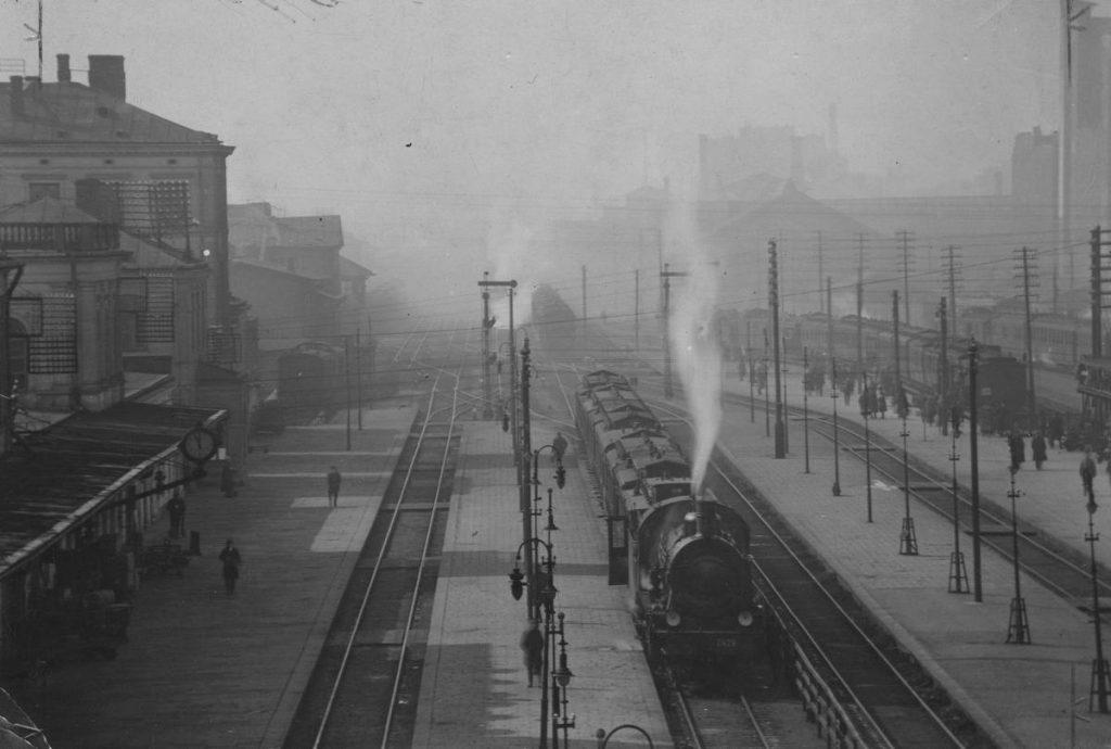 Dworzec Główny w Warszawie na zdjęciu z 1925 roku (domena publiczna).