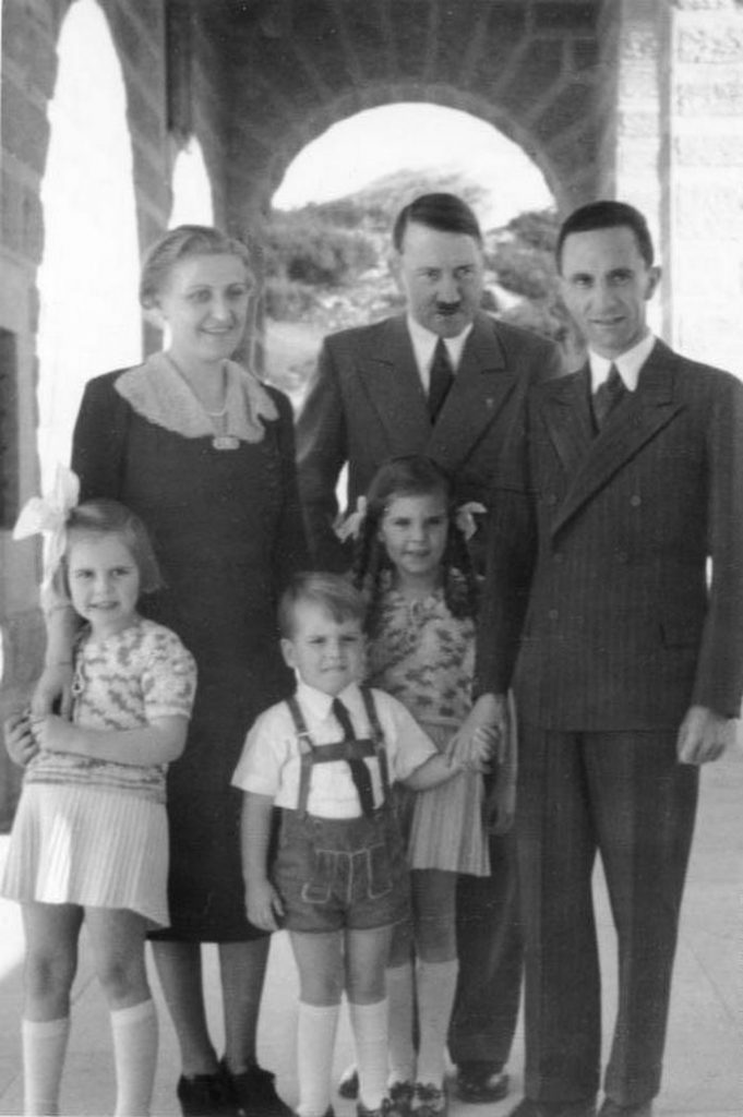 Rodzina Goebbelsów wraz z Hitlerem (Bundesarchiv/Heinrich Hoffmann/CC-BY-SA 3.0).
