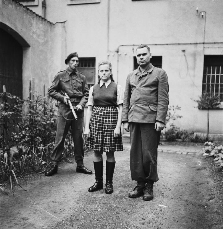 Josef Kramer i strażniczka z Auschwitz Irma Grese na zdjęciu wykonanym w sierpniu 1945 roku (domena publiczna).